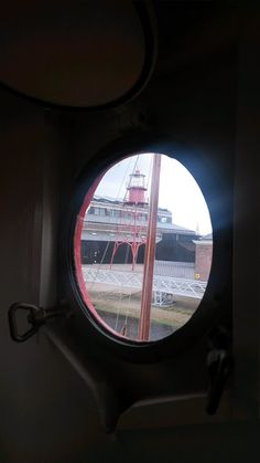 vanuit t,lichtschip Den Helder een doorkijkje via de patrijs poort op De rijkswerf Den Helder.