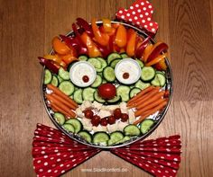 Das schmeckt Kindern und Veg… An idea to decorate raw food: The ROHKOST CLOWN. It tastes good to children and vegetarians! Fits for a kids birthday party like a carnival party.
