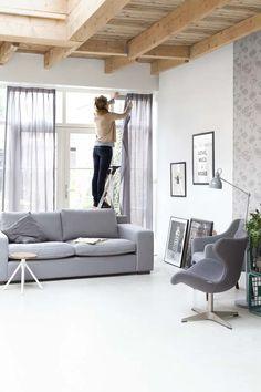 KARWEI | Kies voor rustgevende, zachte grijstinten in de woonkamer. #karwei #woonkamer #wooninspiratie