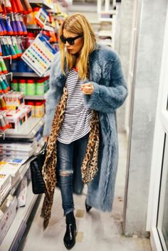 Fall winter inspo | Streetstyle | Leopard scarf | Faux fur | Light blue | Destroyed jeans | Pointy ankle boots | More on Fashionchick