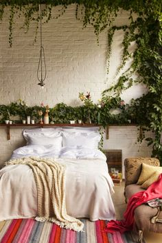 Lovely A minimal bedroom feels au naturale with leafy decor—whether it's hanging from the walls or in the form of a tiny plant. The post A minimal bedroom feels au naturale with leafy decor—whether it's hanging … appeared first on Decor For Home . Dream Bedroom, Home Bedroom, Bedroom Decor, Bedroom Ideas, Bedroom Beach, Bedroom Inspiration, Headboard Ideas, Bedroom Designs, Nature Bedroom