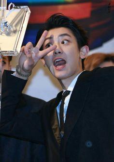 PCY♡ he'll not stop posing peace symbol until the whole world achieve peace Baekhyun, Chanyeol Cute, Park Chanyeol Exo, Kpop Exo, Exo Ot12, Chanbaek, Xiuchen, Exo Korean, Fandom