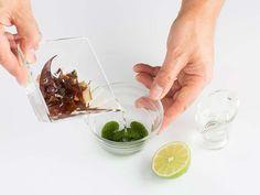 TÉCNICAS VINAGRETA Es una salsa emulsionada que contiene un ingrediente graso y otro cítrico a la que se añade plancton previamente hidratado para aportar sabor a mar. VINAGRETA DE ALGAS TIEMPO DE ELABORACIÓN: 15 minINGREDIENTES:1 g de plancton3 g de agua de hidratar las algas15 g de aceite de girasol1 c/c de zumo de limón3 g de algas deshidratadas (dulse)SalELABORACIÓN:Hidratar las algas cubriéndolas de agua, reservar.Hidratar el plancton con el agua de las algas, mezclar con el aceite ...
