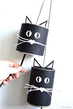 Kattenbellen knutselen voor Halloween - Moodkids | Moodkids Halloween Crafts For Kids, Paper Crafts For Kids, Diy For Kids, Kid Crafts, Kindergarten Projects, Creative Kids, Trick Or Treat, Art Lessons, Bucket Bag