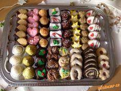 Základní linecké těsto:<br>250g másla<br>250g hladké mouky<br>100g škrobové moučky<br>150g moučkovéh... Christmas Sweets, Christmas Cooking, Sweet Like Chocolate, Tea Recipes, Biscotti, Cookie Decorating, Sausage, Sweet Tooth, Wedding Cakes