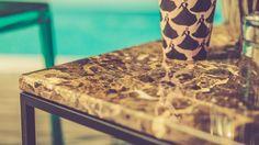 Jaguaren är vårt stilrena och lyxiga soffbord i marmor. Bordet har en industriell känsla som ändå blir mjuk i kombination med den marmorerade stenskivan. Se och känn på Jaguaren i vårt showroom.