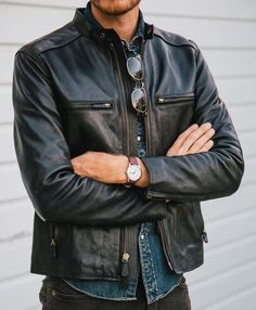 En kort svart skinnjacka, helst i Bikerstil. Helt klart något som saknas i basgarderoben. Leather Jacket Outfits, Men's Leather Jacket, Leather Men, Black Leather, Leather Jackets, Custom Leather, Black Denim, Stylish Men, Men Casual