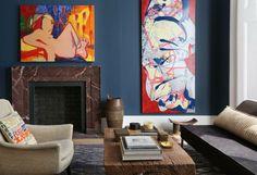 peinture bleu gris ardoise dans le salon et tableaux abstraits en nuances chaleureuses