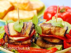Grilovaný baklažán s paprikou, paradajkou a syrom