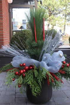 2013 11 30 - Weihnachtsarrangements - New Ideas Outdoor Christmas Planters, Christmas Urns, Outside Christmas Decorations, Christmas Garden, Rustic Christmas, Christmas Wreaths, Christmas Flower Arrangements, Christmas Centerpieces, Crazy Busy