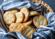 Hallullas are a traditional bakery bread in Chile. Round Cake Pans, Round Cakes, Chilean Recipes, Chilean Food, Pan Relleno, Bread Mix, Latin Food, Food And Drink, Favorite Recipes