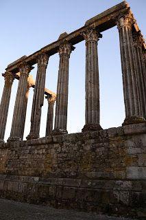 ... em Évora faz parte do centro histórico da cidade!                  É um dos mais grandiosos e preservados   templos romanos da Península...