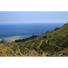 【amy54300】さんのInstagramをピンしています。 《金水公路,一邊是山;一面是海,美景盡收眼底。 #山 #海 #陰陽海 #藍天 #公路 #金水公路 #金瓜石 #風景 #攝影 #台灣 #台灣景點 #臺灣 #sea #mountain #road #highroad #highway #bluesky #color #jinguashih #view #photo #photo_smiles_world #canon #canon100d #canon_photos #ig_taiwan #taiwan》