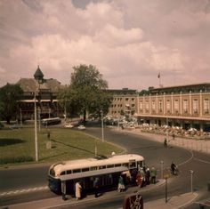 Stationsplein Arnhem met trolleybus (autobus), jaren '60.