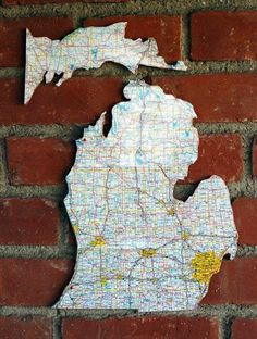 DIY Home Decor Wall Art: DIY recycled road map cork board