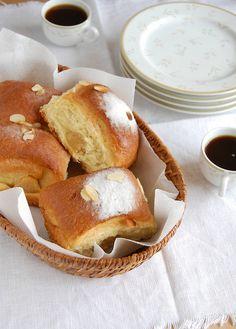 Lemon and Almond Buns / Pãezinhos de limão siciliano e amêndoa by Patricia Scarpin, via Flickr