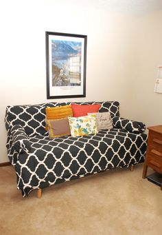Twin bed made to look like a couch! Do this by making extra thick back pillows… Apartment Projects, Home Projects, Pallet Projects, Do It Yourself Design, Diy Couch, How To Make Bed, Bed Pillows, Daybed Couch, Cushions