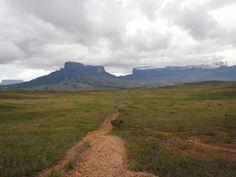 """Monte Roraima (""""a mãe das águas"""")   à direita, com o Monte Kukenan   (""""o pai dos ventos"""")  à esquerda"""