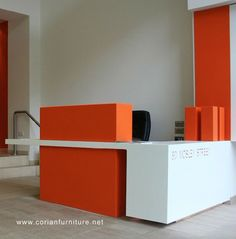 Resultado de imagen para creative reception desks for small office spaces Modern Reception Desk, Reception Desk Design, Lobby Reception, Reception Counter, Office Reception, Modern Office Design, Office Interior Design, Corporate Interiors, Office Interiors