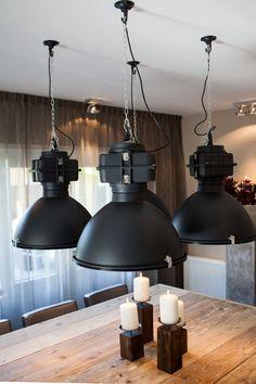 Met deze grote industriële lampen creëert u een stoere look in uw huis! Ook in het wit verkrijgbaar! De afmeting en prijs staan op: www.molitli.nl
