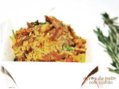 Arroz de pato com açafrão Receita  para 4 a 5 pessoasTempo preparação 1h20 minutos  INGREDIENTES 1 pato grande e 2 folhas de louro 1 malagueta (facultativo) 2 cebolas 1 ramo de salsa  sal pimenta q.b. 4 dentes de alho 2 c.(sopa) de margarina 1 c.(chá) de açafrão 1 chouriço de carne 1 cenoura  350g de arroz  Pré-aqueça o forno a 200ºC.I gás 6PREPARAÇÃOCoza o pato numa panela de pressão em água  com o louro, a malagueta, uma cebola inteira, o ramo de salsa atado,sal e pimenta, durante 35…