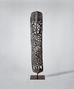 PLANCHE SCULPTÉE, PERCÉE, MALU-SAMBAN  « Crochet pour suspendre » Malu Sawos ou Iatmul, territoire du moyen Sepik, nord de la Nouvelle-Guinée, Mélanésie