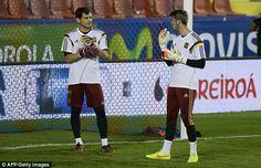Kapten Tim Spanyol Iker Casillas menghadapi persaingan ketat untuk tempatnya dengan kiper Manchester United David De Gea.