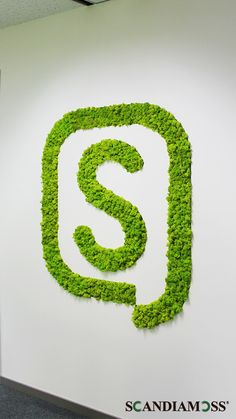 Lotte LOHB's simple logo became much brighter with Scandia Moss! It gives effect and refresh the office. Colorful Scandia Moss goes well with white wall. Add a fresh nature in a monotonous office with Scandia Moss. Office Logo, Corridor Design, Wall Logo, Green Office, Moss Art, Office Interiors, White Walls, Signage, Vivarium