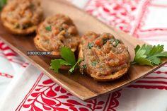 Брускетту с баклажанами легко готовить, ее можно сделать заранее для праздника или пикника. Вкусное и простое вегетарианское блюдо, которое может стать украшением праздничного стола. Подробный рецепт брускетты с баклажанами.