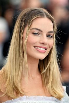 Margot [ix] honored Sharon Tate at the Cannes Film Festival by recreating the braided hairstyle the late actress wore to the same event in in 2019 Actriz Margot Robbie, Margot Robbie Hot, Margot Robbie Brunette, Charlize Theron, Margrot Robbie, Rihanna, Trends, Hair Inspo, Girl Crushes