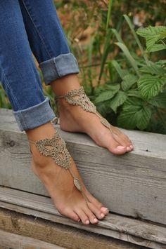 Può essere indossati a piedi nudi o con le scarpe. Taglia unica. filati di cotone 100% Si prega di convo me se avete delle richieste particolari per un colore diverso. < questo elenco è per una coppia > Cura: lavare a mano - laici piatto ad asciugare. QUESTO ELENCO È PER IL COLORE MARRONE CHIARO. ::: QUESTO STILE È ANCHE DISPONIBILE IN::: ➤ BIANCO - https://www.etsy.com/listing/107004759/beach-wedding-white-crochet-wedding?ref=shop_home_active ➤ ROSA cipria - https://www.etsy.com/listing/...