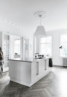 Toni neutri e pavimento a lisca di pesce per la #cucina di questa bella casa a #Copenhagen. #interiors #kitchen #interiordesign