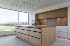 Etter nesten to år i Brasil startet Arnstein og Keity Hosaas jakten på drømmehuset hjemme i Norge. Syv år etter kjøpte paret tomt og bygde huset på Røyneberg. Nå lokker kjøkkenet fra Hamran store og små til daglig familiehygge. Luxury Kitchen Design, Family Kitchen, Bespoke Kitchens, Joinery, Outdoor Furniture, Outdoor Decor, Nest, Interior Design, Storage
