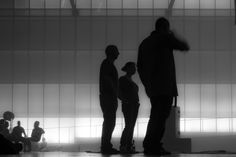 Dark 01 – Figuren als Schattenrisse vor diffuser Theaterbeleuchtung. Surreales Gemenge aus Kommunikation, Betrachtung und Bewegung. 2014, MD | © www.piqt.de | #PIQT
