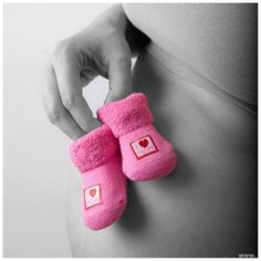 Mooie foto met een zwangere buik & slofjes.