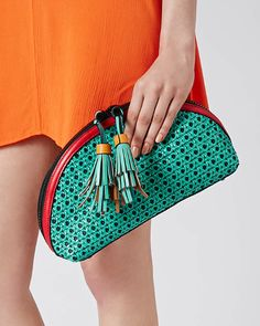 Fashion: trends, outfit ideas, what to wear, fashion news and runway looks My Style Bags, Best Bags, Fashion News, Fashion Trends, Women's Summer Fashion, Bucket Bag, What To Wear, Fancy, Purses