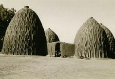 Moon to Moon: Unusual Homes from around the World.Mud House Design in Cameroon. Art Et Architecture, Vernacular Architecture, Architecture Student, Mud Hut, Clay Houses, Ceramic Houses, Tadelakt, Unusual Homes, Exotic Homes