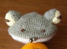 編みがま口 かぎ針で、こま編みオンリーで編んだがま口。 丸を6枚(大4枚・小2枚)、玉を2個編めば作れます。 毛玉も出来にくいし、実用的なのは羊毛がま口よりこっちだと思いますが・・・あんまり可愛くないのが最大の欠点。