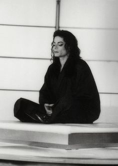"Michael Jackson in yoga pose from his short film ""Scream"", Paz interior Michael Jackson Wallpaper, Michael Jackson Fotos, Michael Jackson Smile, Michael Jackson Photoshoot, James Dean, Gotham, Wallpaper Animes, Sherlock, King Of Music"