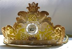 """""""A Crown entirely handcrafted out of antique and vintage papers, including fabulous wallpaper,"""" Made by photostream. Crown Centerpiece, Crown Party, Invisible Crown, Crown Pattern, Diy Crown, Paper Crowns, Machine Embroidery Applique, Bridal Crown, Tiaras And Crowns"""