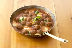 Boulettes farcies au bocconcini | .recettes.qc.ca Confort Food, Bake Sale, Beef Recipes, Curry, Food And Drink, Favorite Recipes, Lunch, Meals, Baking
