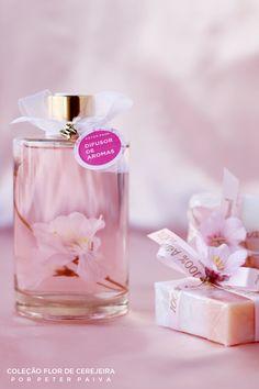 Difusor de aromas cilindrico da linha Flor de Cerejeira. Possui essência de Bulhões Flower, Flor de Cerejeira e Ambience.