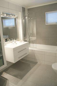 Lekkert! Bad med veldig lik romløsning som vårt + likt flisvalg som jeg ønsker (flisnavn i blogginnlegget). Hva med mosaikk i beige bak dusjsøyle/foran badekar, kontrastvegg i beige og eggeskallfargede fliser ellers?