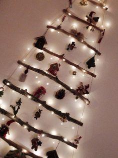 Χριστουγεννιάτικο δέντρο. Ξύλινη επιτοίχια κατασκευή από φυσικά υλικά.
