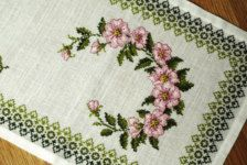 Lovely long vintage 1970s exceptionelly well done handmade pink/ olivegreen cross-stitch embroidery table-cloth runner with rose motives on bone white bottomcolor.    Exellent vintage condition.    SIze: 13.6 / inch or 34.5 cms wide and 37 / inch or 99 cms long.    Will be shipped expedited air mail with tracking.