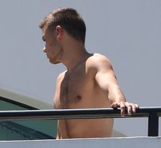 One Direction's Liam Payne gives onlookers a treat as he shows off his toned torso while wandering around shirtless Niall Horan, Liam 1d, One Direction Liam Payne, Louis Tomlinson, Harry Styles, Liam James, Baby Daddy, Beautiful Babies, Cool Pictures