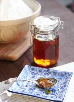 Goue stroop, 'n outydse tuisgemaakte lekkerte, is 'n goeie verskoning om brood te bak. (Foto Roxy Laker by Huiskok HQ) How To Make Jelly, Homemade Syrup, South African Recipes, Golden Syrup, Sweet Tooth, Good Food, Baking, Eat, Preserves