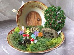 Fairy Garden Teetasse - Famous Last Words Mini Fairy Garden, Fairy Garden Houses, Dream Garden, Cup And Saucer Crafts, Teacup Crafts, Little Gardens, Fairy Furniture, Ideias Diy, Garden Crafts