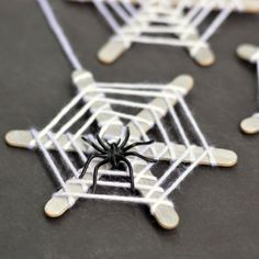 Crafts for Kids: Craft Stick Spiderwebs Simple spider web craft to try with Dennis this weekend. I think he'll love adding the creepy crawly creatures… And he'll have to eat some popsicles first :)Simple spider web craft to try with Dennis this weekend. Halloween Mono, Theme Halloween, Halloween Tags, Easy Halloween, Holidays Halloween, Halloween Decorations, Halloween Costumes, Halloween Door Decs, Halloween 2019