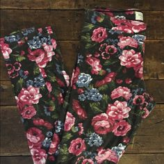 Abercrombie and Fitch floral leggings size small Abercrombie and Fitch leggings, black with colorful floral print. Soft and stretchy, very cute. Abercrombie & Fitch Pants Leggings